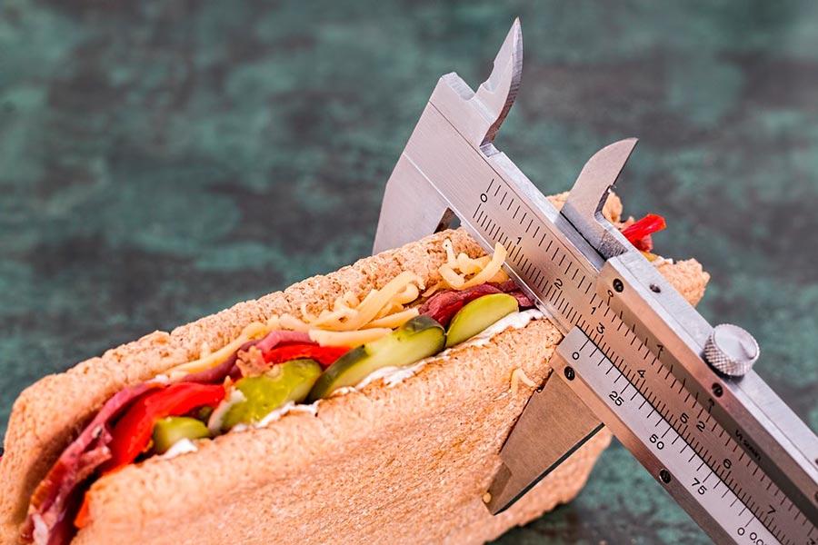 Controlar las comidas forma parte de los síntomas de la anorexia