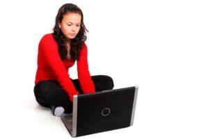 Molts joves s'inicien en la sexualitat mitjançant internet